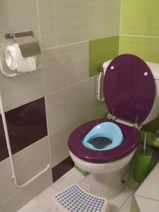 admirez le rouleau de papier WC déroulé de façon entièrement autonome!!